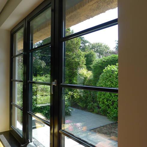 Relatie binnen-buiten: klasieke Tuin door Architectura