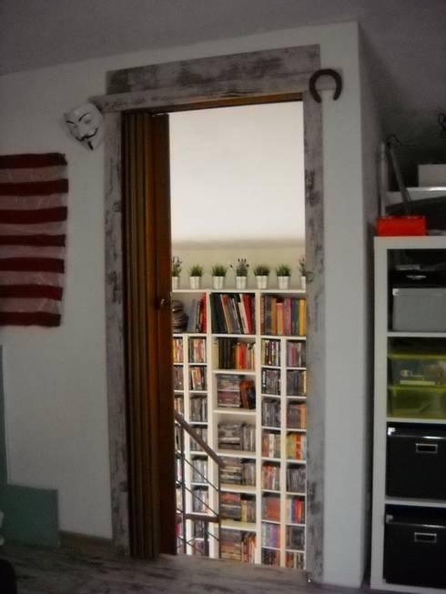 porta a soffietto: Finestre & Porte in stile in stile Eclettico di A2architetti