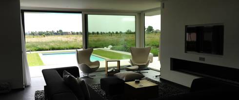 sterke koppeling tussen binnen en buiten: minimalistische Tuin door Andrew van Egmond (ontwerp van tuin en landschap)