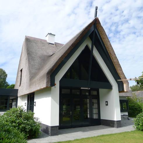 Voorgevel: moderne Huizen door Architectura