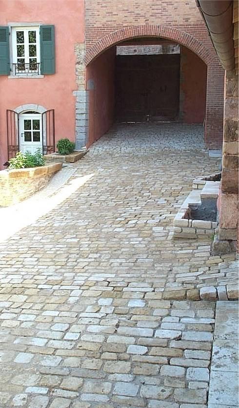 Pavés vieillis Cîteaux en pierre naturelle de Bourgogne: Murs & Sols de style de style eclectique par Ateliers Pierre de Bourgogne