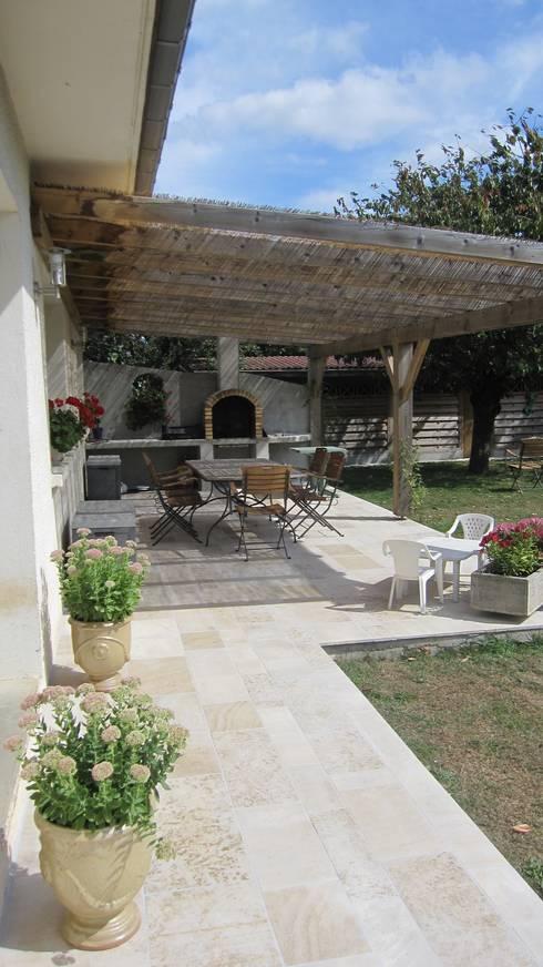 Terrasse ombragée en pierre naturelle de Bourgogne: Murs & Sols de style de style eclectique par Ateliers Pierre de Bourgogne