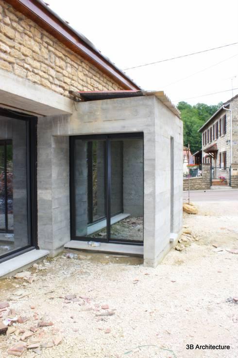 Extension avec vue sur cours: Maisons de style  par 3B Architecture