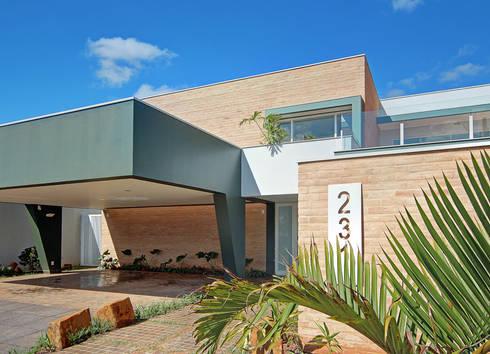 FACHADA COM VISTA LATERAL: Casas modernas por VOLF arquitetura & design