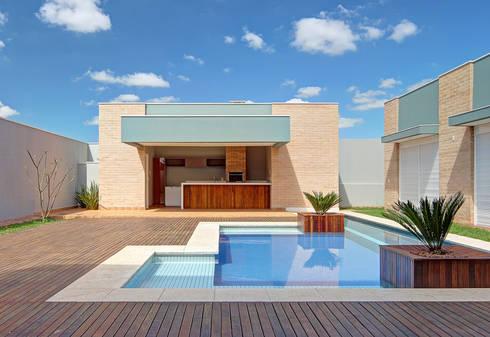 PISCINA E ESPAÇO GOURMET: Piscinas modernas por VOLF arquitetura & design