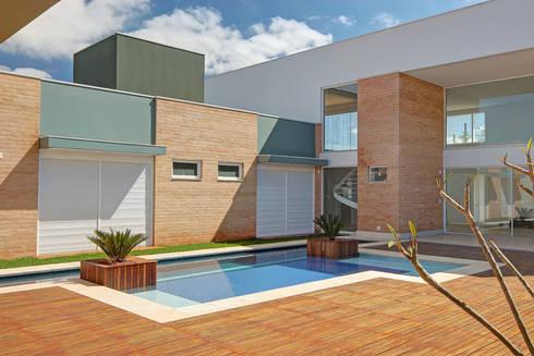 DORMITÓRIOS E PISCINA: Piscinas modernas por VOLF arquitetura & design