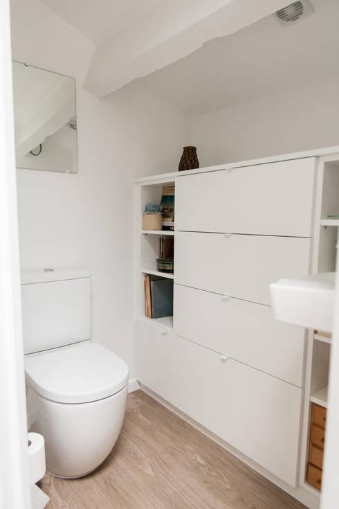 Toilettes mezzanine: Salle de bains de style  par Lise Compain