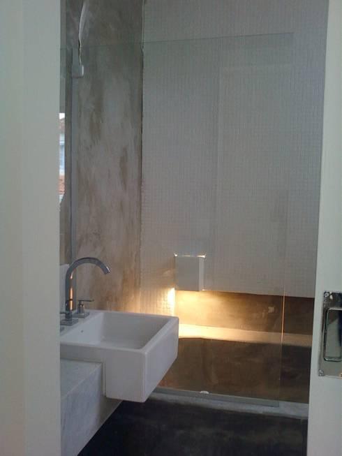banheiro da suíte: Banheiros modernos por Margareth Salles