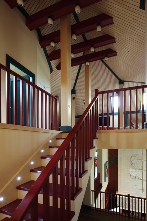 Подмосковный загородный дом для отдыха большой семьи и приема гостей  : Коридор и прихожая в . Автор – AlenaPolyakova.com