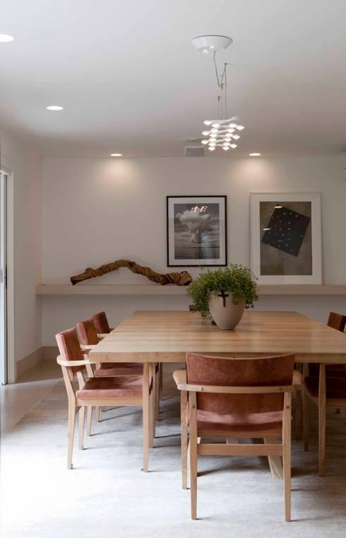 Alto de Pinheiros: Salas de jantar modernas por Deborah Roig