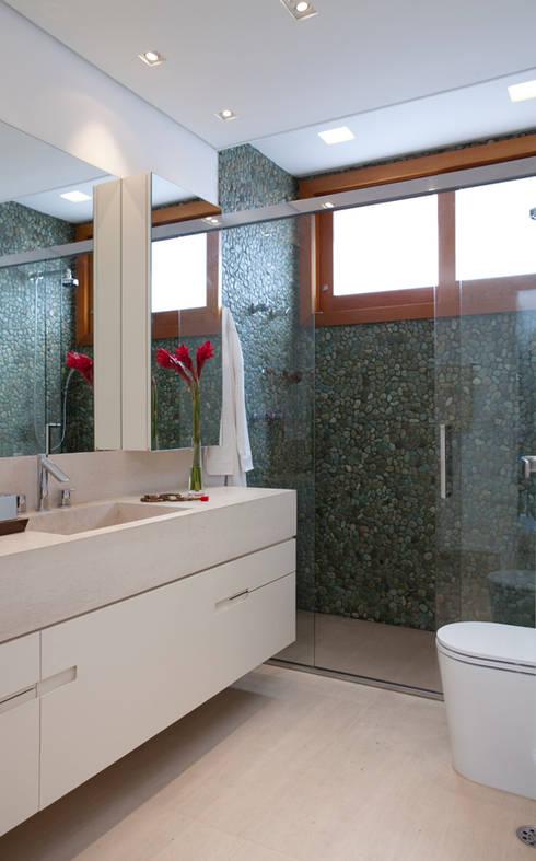Alto de Pinheiros: Banheiros modernos por Deborah Roig