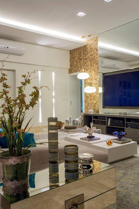 HOME CINEMA INTEGRADO À VARANDA : Salas de estar modernas por Studio Karla Oliveira