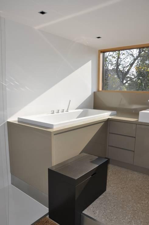 modern Bathroom by Neugebauer Architekten BDA