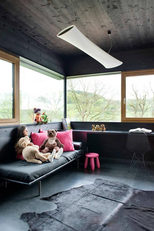 Ökologisches Massivholzhaus:  Schlafzimmer von massive passive