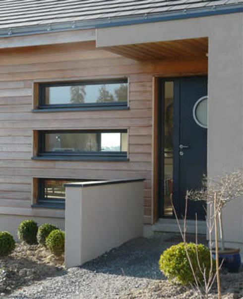 Maison C: Fenêtres de style  par Gilles Cornevin SARL