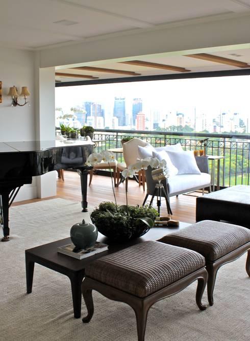 Sala de Convivência - Apartamento São Paulo: Salas de estar clássicas por Vaiano e Rossetto Arquitetura e Interiores