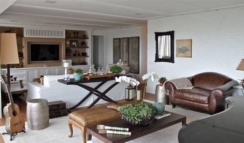 Living Apartamento São Paulo: Salas de estar clássicas por Vaiano e Rossetto Arquitetura e Interiores