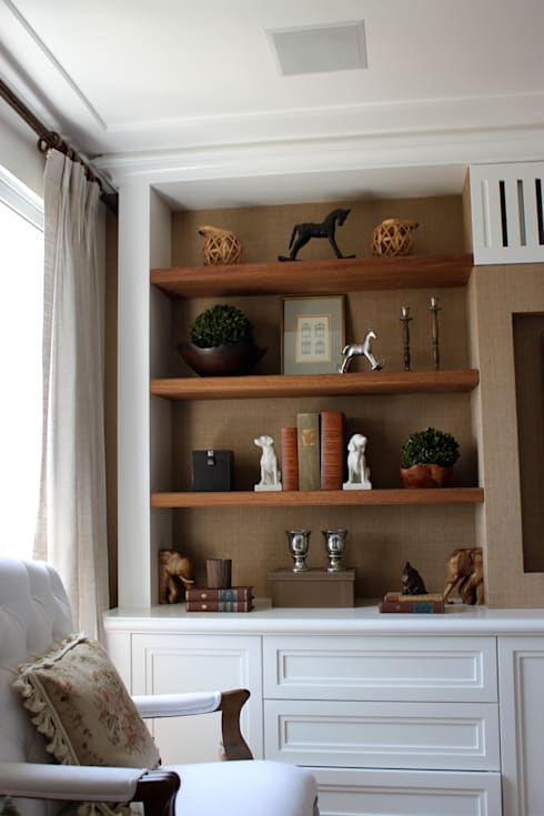 Estante living: Sala de estar  por Vaiano e Rossetto Arquitetura e Interiores