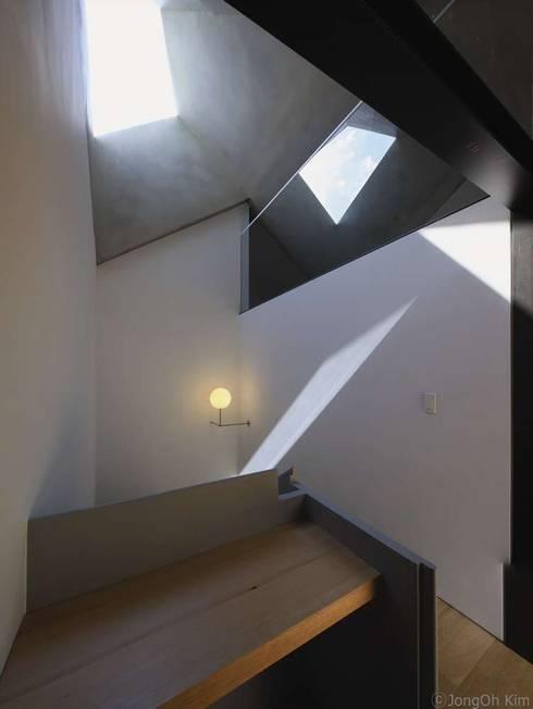 Yeon-hui dong house: ISON ARCHITECTS의  복도 & 현관