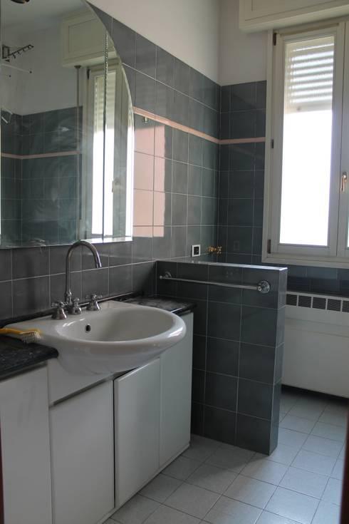 Il bagno:  in stile  di FOSCA de LUCA Home Stager & Redesigner