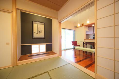 寄棟屋根のイエ: ツカ・デザインスタヂオ一級建築士事務所が手掛けたリビングです。