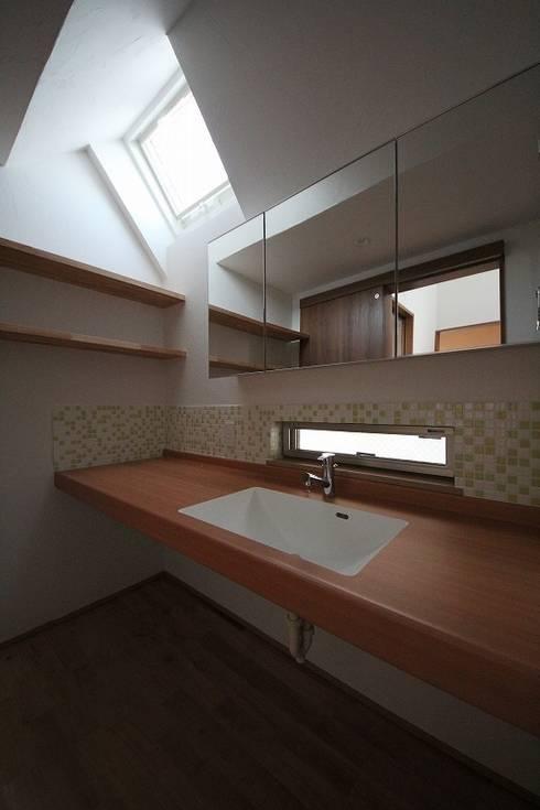 桜台の住まい House in sakuradai: タイラ ヤスヒロ建築設計事務所/taira yasuhiro architect & associatesが手掛けた浴室です。