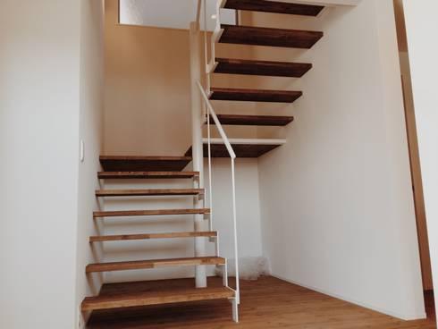 東和の住まい House in to-wa: タイラ ヤスヒロ建築設計事務所/taira yasuhiro architect & associatesが手掛けた廊下 & 玄関です。