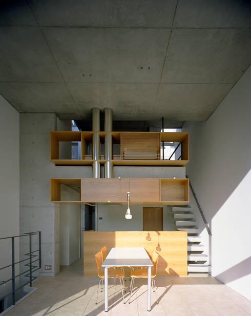 日本橋-川辺の家: 西島正樹/プライム一級建築士事務所 が手掛けたダイニングです。