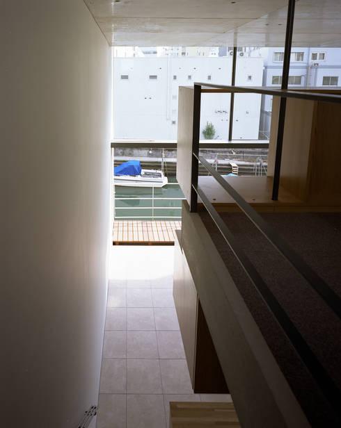 日本橋-川辺の家: 西島正樹/プライム一級建築士事務所 が手掛けたベランダです。