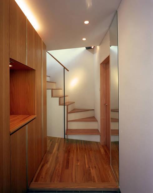 スキップテラスの家: 西島正樹/プライム一級建築士事務所 が手掛けた廊下 & 玄関です。