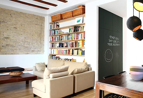 Reforma de vivienda: Salones de estilo moderno de 5lab