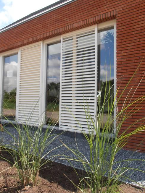 voorgevel met shutters: moderne Huizen door Joris Verhoeven Architectuur