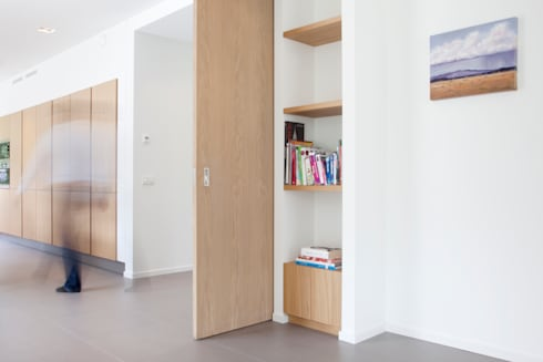 Houten schuifdeuren: moderne Studeerkamer/kantoor door Archstudio Architecten | Villa's en interieur