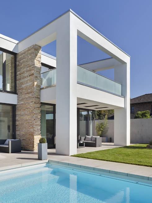 Überdachte Terrasse:  Häuser von Skandella Architektur Innenarchitektur