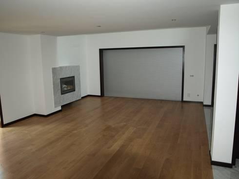 Moradia Unifamiliar em Loulé: Salas de estar modernas por Ana Viegas