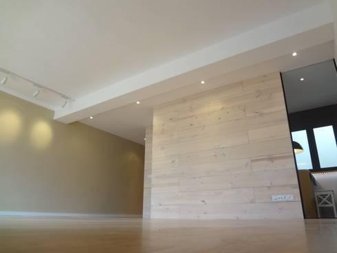 Tabiques madera pino y cristal: Salones de estilo moderno de davidMUSER building & design