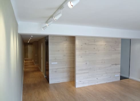Tabiques madera pino: Salones de estilo moderno de davidMUSER building & design