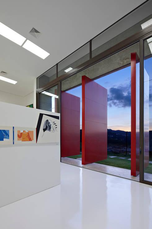 Vista interna da galeria de arte.: Arte  por Humberto Hermeto