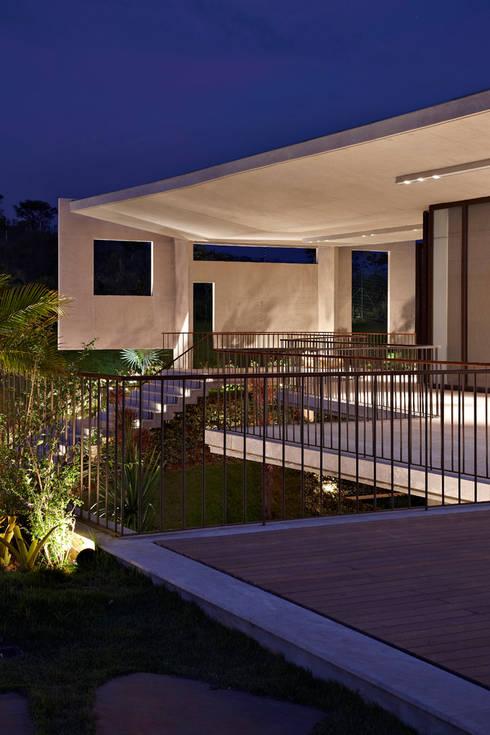 Casa JE: Jardins modernos por Humberto Hermeto
