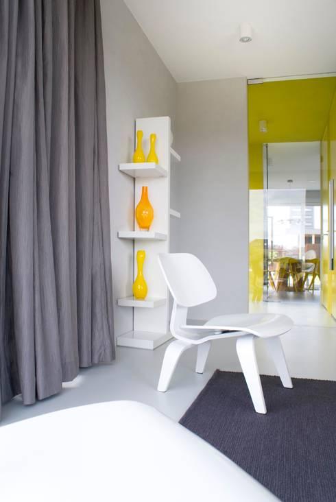 Watervilla: minimalistische Woonkamer door CioMé