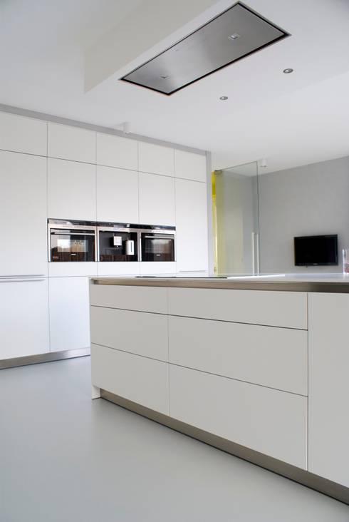 Watervilla: minimalistische Keuken door CioMé