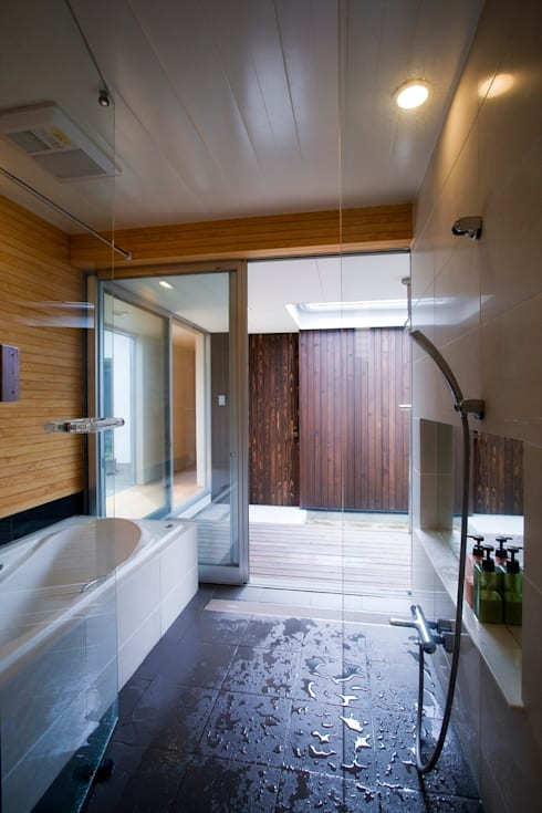 trough: Y.Architectural Designが手掛けた浴室です。