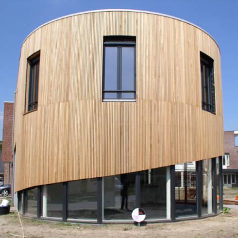 woning Teteringen, gebogen lastengevel: moderne Huizen door Florian Eckardt - architectinamsterdam