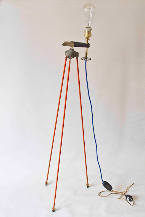 Lámpara de pie industrial: Salones de estilo industrial de NORTH SWEET