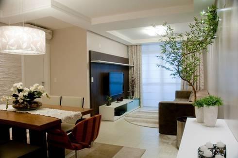 Projeto arquitetônico de interiores para residência unifamiliar. – (Fotos: Lio Simas): Salas de estar ecléticas por ArchDesign STUDIO