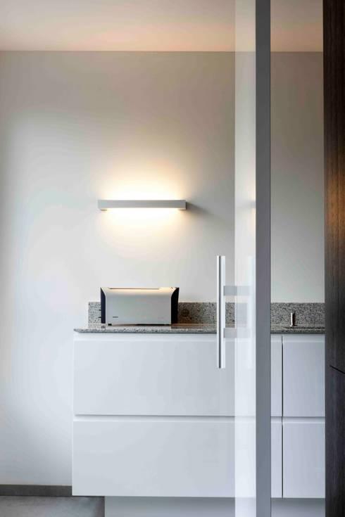 Interne verbouwing 2-onder-1-kap-woning: minimalistische Keuken door a-LEX