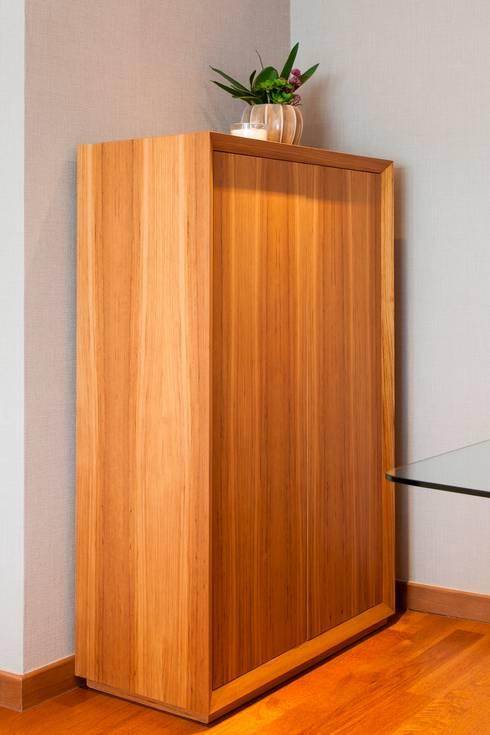 Móvel de sala em Teka: Sala de jantar  por Traço Magenta - Design de Interiores
