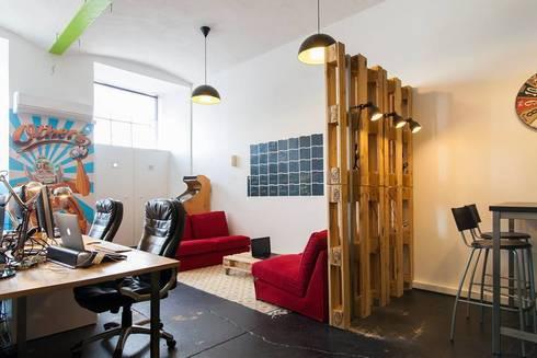 Zona Lounge e de Trabalho: Escritórios  por Traço Magenta - Design de Interiores