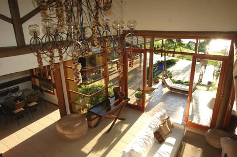 Residência LL: Salas de estar tropicais por Mascarenhas Arquitetos Associados