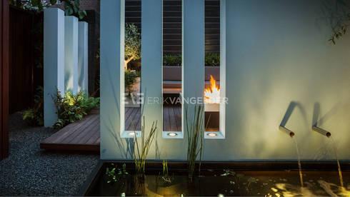 Tuinontwerp met muur in de tuin: moderne Tuin door ERIK VAN GELDER | Devoted to Garden Design